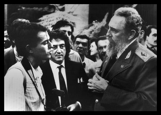 Con Eloy Alonso. El fotoperiodista asturiano conversa con el comandante en el Palacio de la Revolución. / DELMI ÁLVAREZ