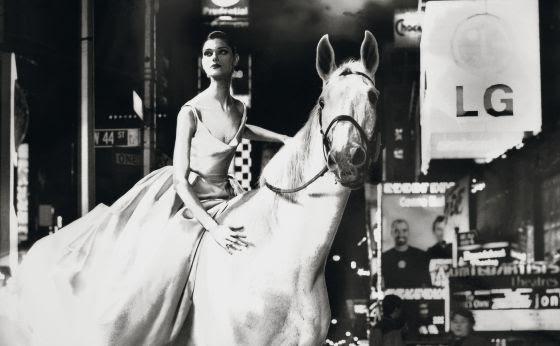 Anneliese Seubert subida a un caballo en la neoyorquina Times Square.
