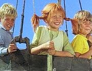 Una scena del telefilm: Pippi è insieme a Tommy e Annika  su una mongolfiera