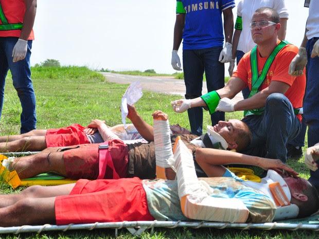 Bombeiros simularam o resgate e transporte de pessoas feridas e o translado de vítimas fatais (Foto: André Ferreira/ G1)
