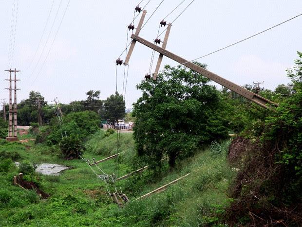 Postes caíram após intensa chuva em São Luís (Foto: Biné Morais/O Estado)