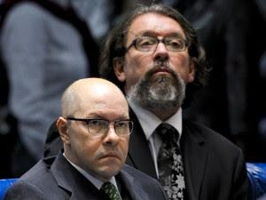 Demóstenes Torres e o advogado Kakay, momentos antes da cassação do mandato (Foto: Pedro França/Agência Senado)