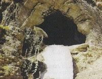 Κυψέλη διαμορφωμένη σε φυσική κοιλότητα βράχου από την Άνδρο.
