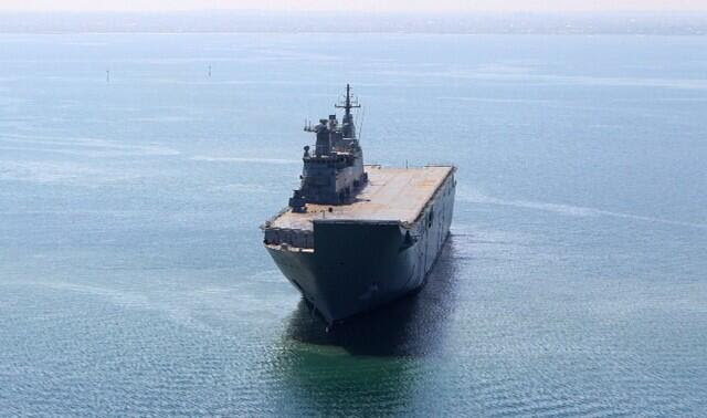NUSHIP Canberra, la primera de las dos Dock (LHD) los buques de aterrizaje de helicópteros que se están construyendo para la Fuerza de Defensa de Australia, ha navegado en sus pruebas finales al mar contratista antes de la entrega al Gobierno de Australia. El barco partió Williamstown astillero el 12 de agosto como estaba previsto con los ensayos que tienen lugar tanto en Port Phillip Bay y la costa sur de Nueva Gales del Sur antes de regresar a Williamstown alrededor de finales de agosto.