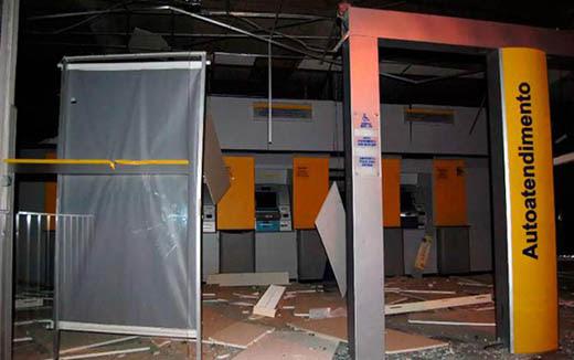 Criminosos explodiram agência bancária e roubaram dinheiro do cofre principal | Foto: Reprodução | Blog do Agmario Rios