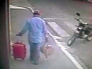 Suspeito fugiu carregando as malas (Foto: Reprodução/Circuito interno)