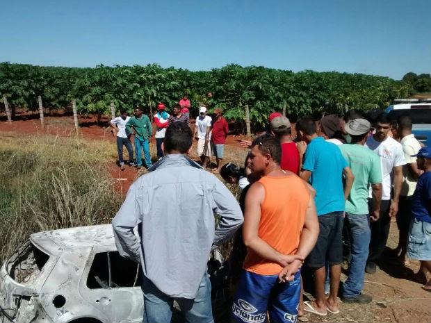 Duas pessoas morrem carbonizadas após carro pegar fogo em Livramento de Nossa senhora (Foto: Fabiano Neves/Site: Destaque Bahia)