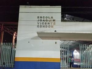 Escola foi alvo de criminosos na noite de terça, 9 (Foto: Toni Francis/ G1)