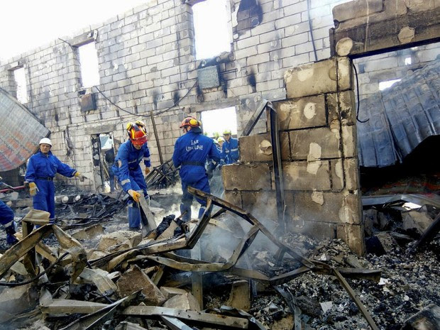 Rescuers inspect the debris of a residential house after a fire broke out, in the village of Litochky, northeast of Kiev, Ukraine, May 29, 2016.  (Foto: State Emergency Service of Ukraine/Reuters)