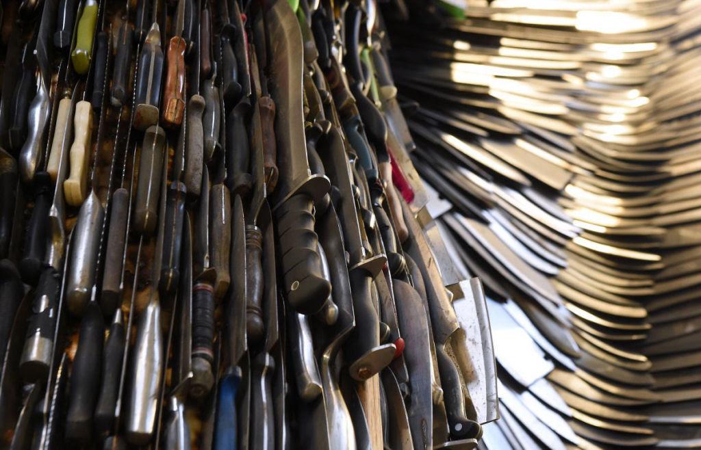 Anjo das Facas - uma escultura feita de 100.000 facas confiscadas pela polícia 04
