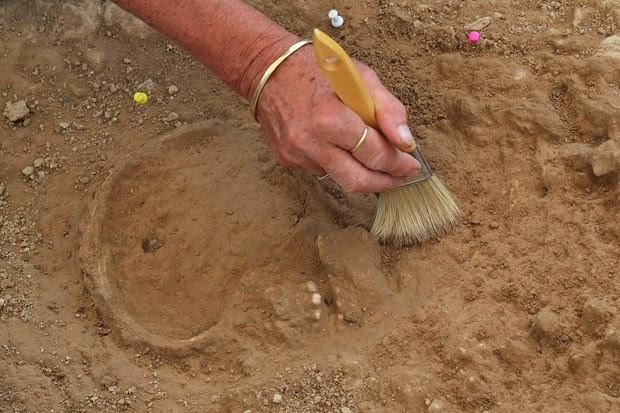 Esqueleto encontrado em cidade da França é o primeiro da era Paleolítica visto no país  (Foto: Boris Horvat/AFP)