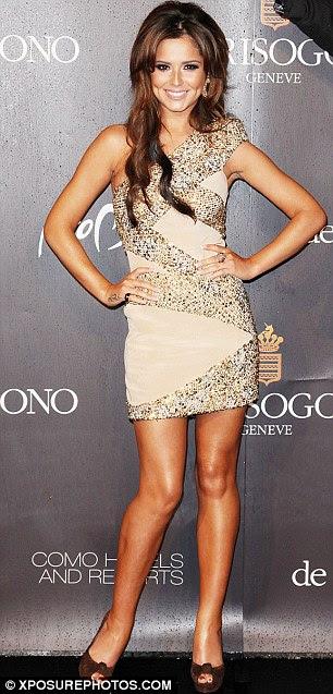 Polegadas extra: Cheryl Cole mostra seus dedos e saltos peep strappy, que ela ama de altura extra