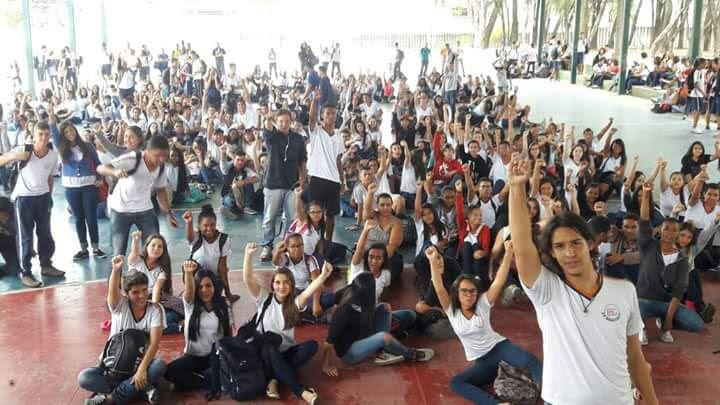 Resultado de imagem para estudantes contra a pec