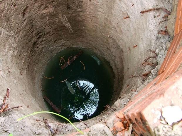 Laje do poço cedeu após idoso subir em cima, em Ariquemes (Foto: Rede Amazônica/ Reprodução)