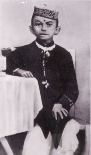 http://upload.wikimedia.org/wikipedia/commons/f/f8/Young_Gandhi2.jpg