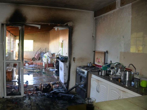 Parte da casa foi atingida pelo incêndio após vazamento em Sorocaba (Foto: Júlio Leite)