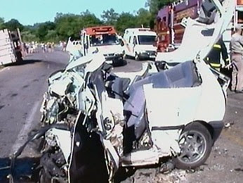 Carro ficou totalmente destruído após acidente na Serra do RS (Foto: Reprodução/RBS TV)
