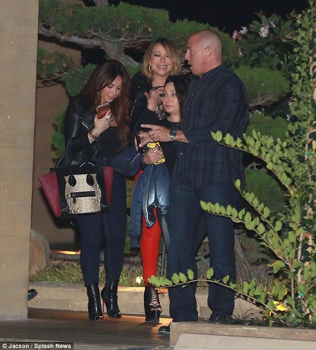 Centro de atenção: Mariah fez um impacto em sua noite fora em um par de calças vermelhas brilhantes