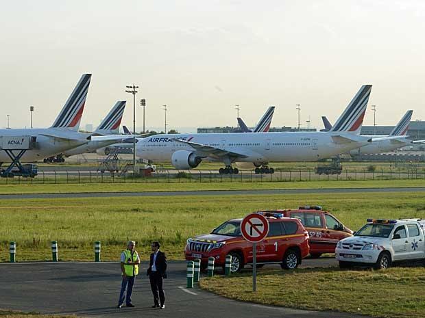Aviões da companhia parados no Aeroporto de Roissy Charles de Gaulle. (Foto: Dominique Faget / AFP Photo)