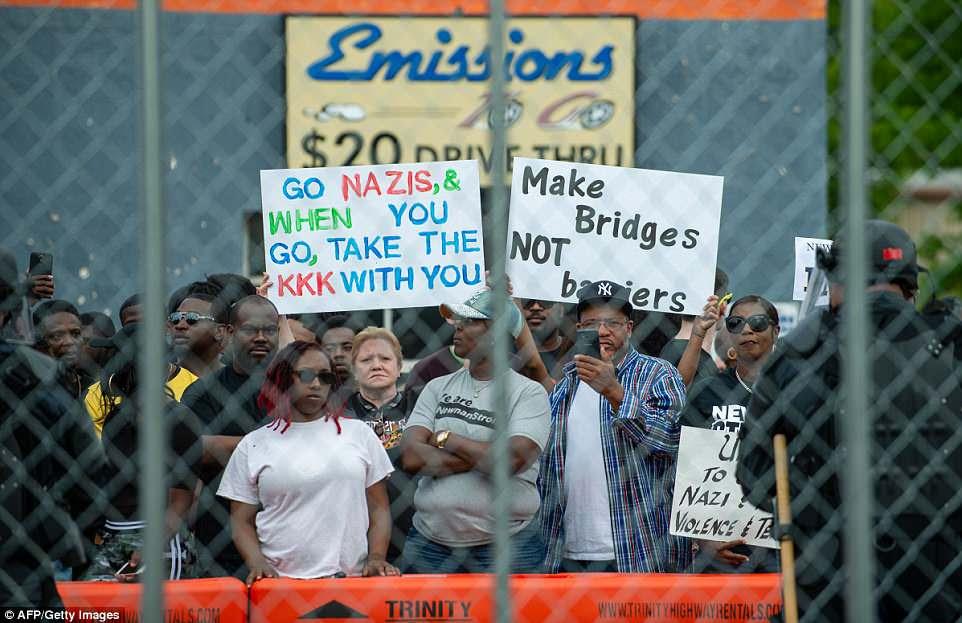 Los residentes cantan en oposición a los miembros del Movimiento Nacional Socialista y otros nacionalistas blancos que estaban reuniendo
