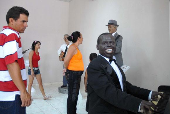 Estatua del compositor cubano Bola de Nieve (D, primer plano), expuesta en el Museo de Cera, en Bayamo, provincia de Granma. AIN Foto: Oscar ALFONSO SOSA