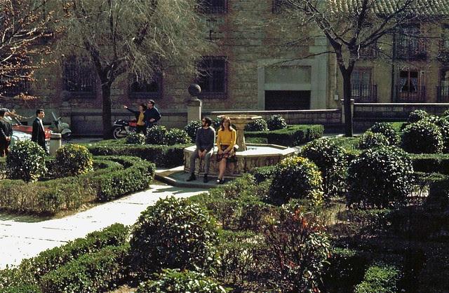 Jardín en la Plaza del Ayuntamiento en Toledo hacia 1967. Fotografía de John Fyfe