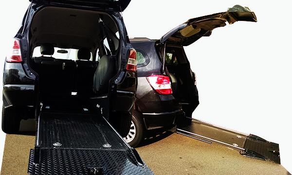 táxi-preto-adaptado-com-rampa-automática-ft-capa-amigos-cadeirantes