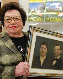 Dolores García con una foto de sus padres