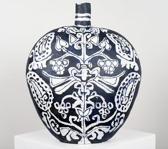 Grand ballon noir et blanc avec arbre