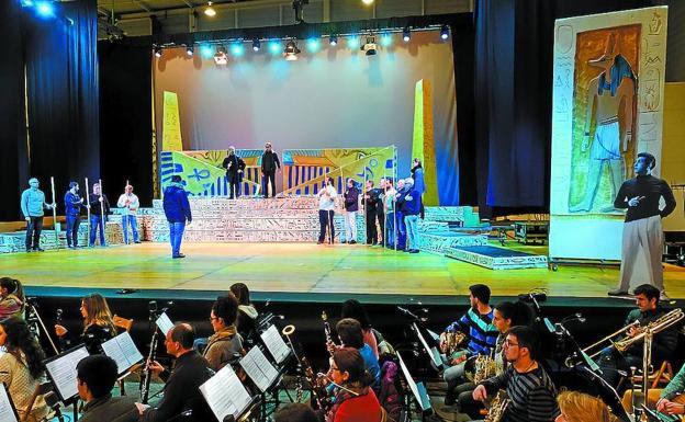 Solistas, coro y músicos, en uno de los ensayos celebrados esta semana en Ficoba. /USOZ