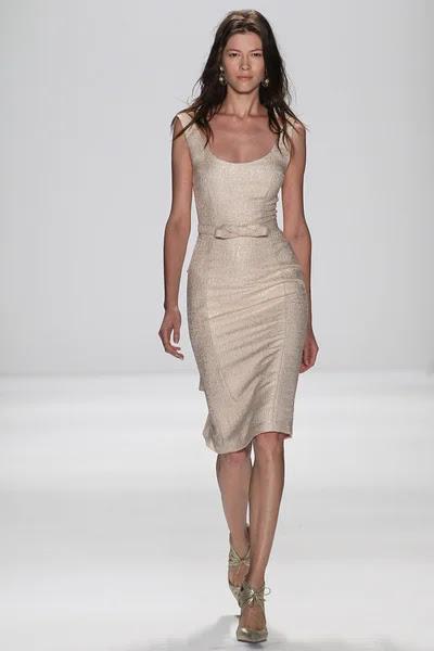 Modelo camina la pasarela en el fashion show de Badgley Mischka — Foto de Stock #57868675