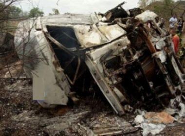 Carreta tomba e pega fogo na BR-135 após motorista cochilar ao volante