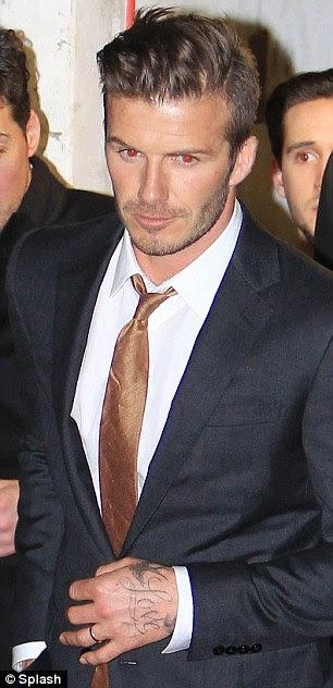 Olhando dapper: partidos David Beckham esfrega ombros com Katherine Jenkins, um amigo da família conhecida