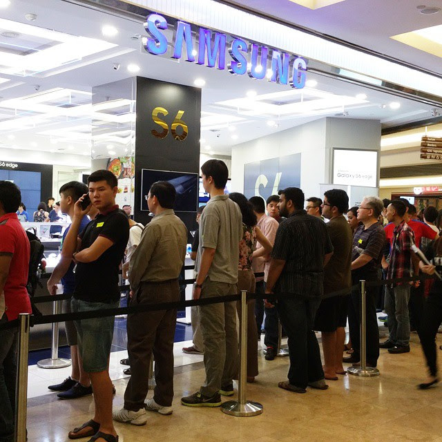 The queue to collect pre-orders. Badminton hero Dato LEE CHONG WEI will be making an appearance in a bit. Pre-orders have been brisk, hitting 20 million globally since the launch on 2 April #GalaxyS6Edge #GalaxyS6