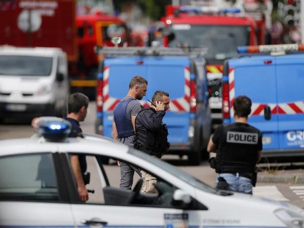 Dois homens fizeram reféns em uma igreja Saint Etienne du Rouvray, na região da Normandia,  no norte da França, na manhã desta terça. Um padre morreu (Foto: Charly Triballeau / AFP)
