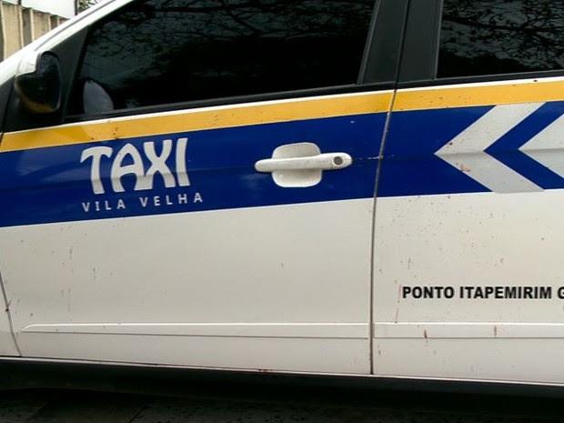 Taxista é esfaqueado e carro fica com manchas de sangue, no ES (Foto: Reprodução/ TV Gazeta)