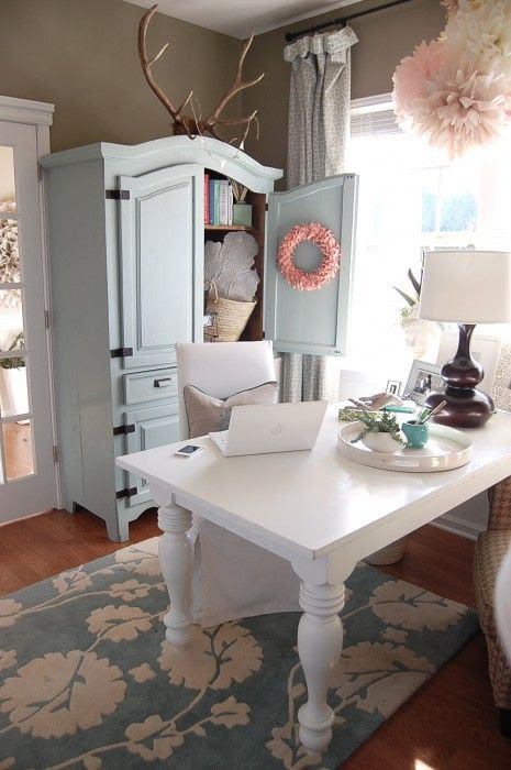 Great blog and ideas of where to buy discounted home goods. Adorable room