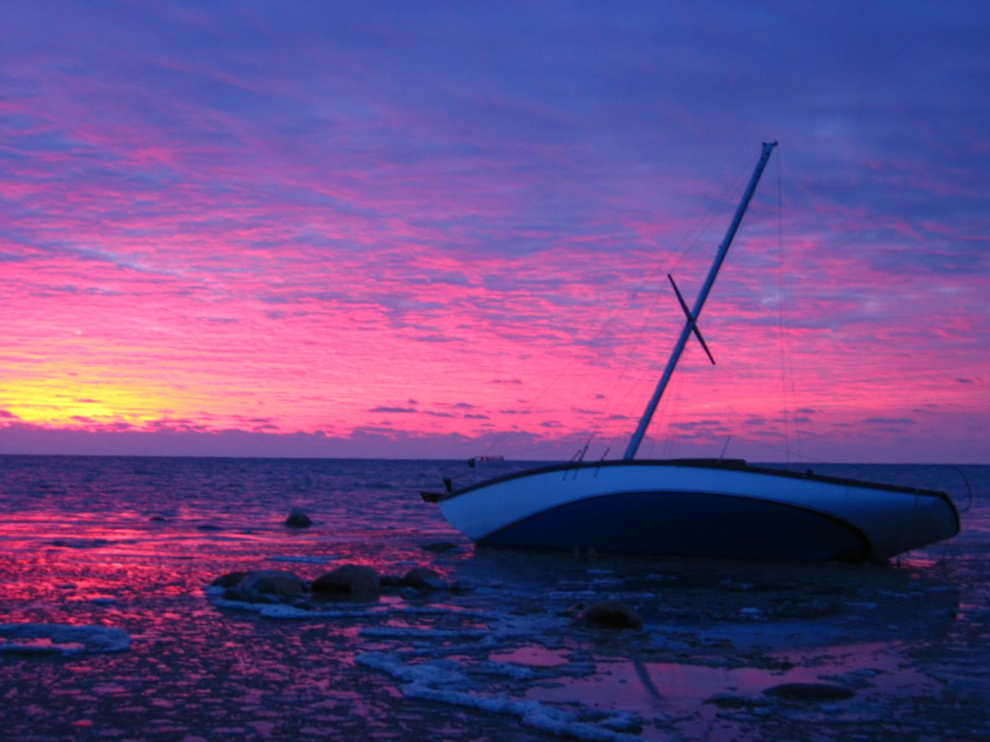 Milwaukee grounded sailboat at sunrise - 12-01-2007 - soul-amp.com