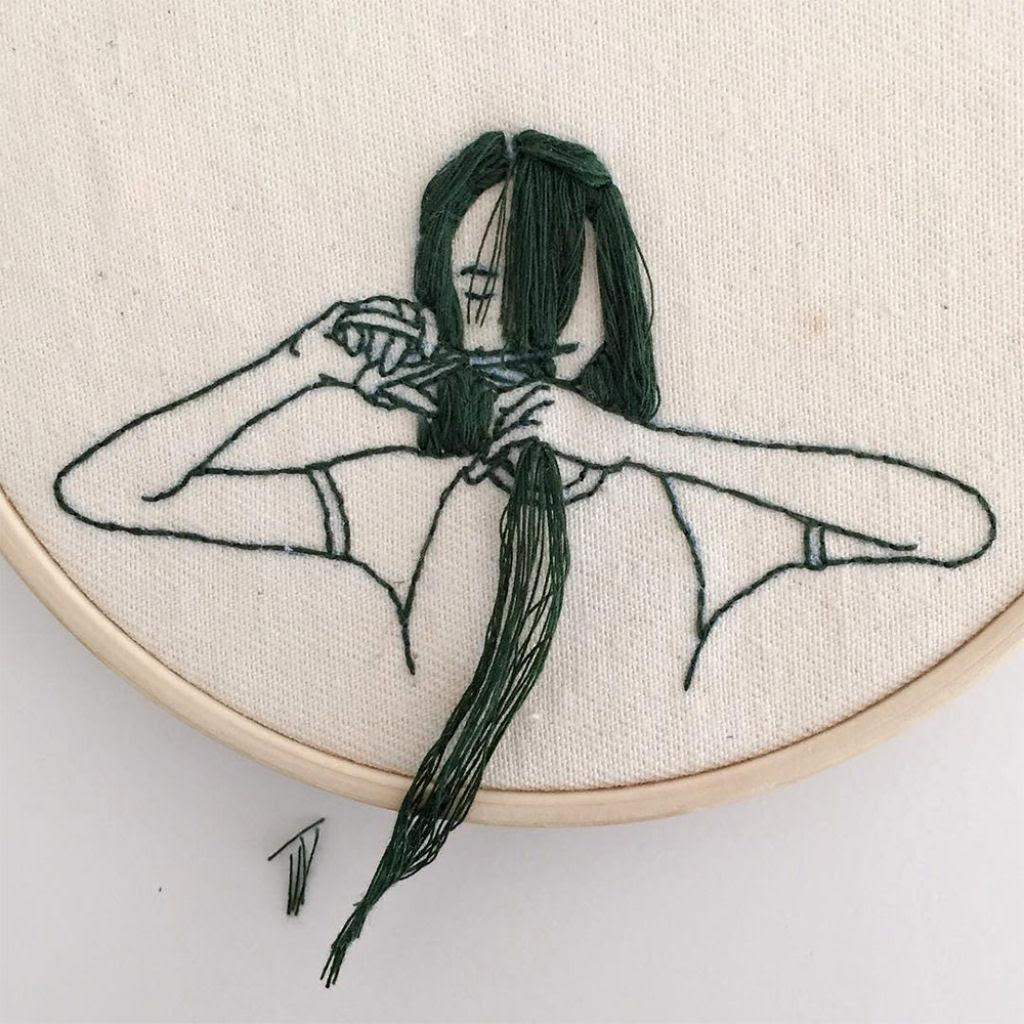 Artista borda retratos de mulheres com cabelos que saltam da tela 06