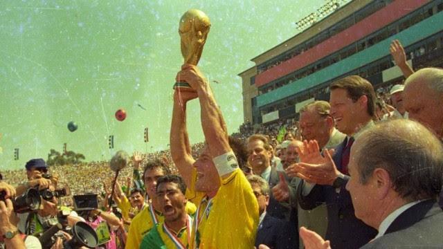 Em 1994, Dunga ergueu a taça do tetracampeonato do Brasil em Copas do Mundo, no Estádio Rose Bowl, em Pasadena, EUA