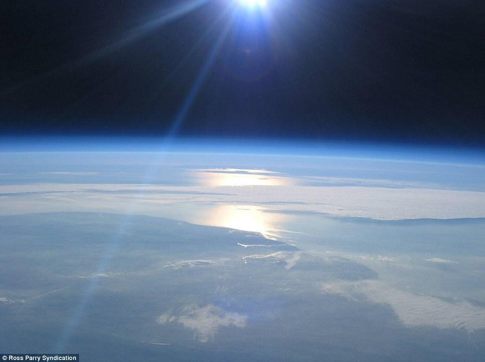 Gambar2 ini bukan diambil oleh NASA, cuma pake kamera digital biasa