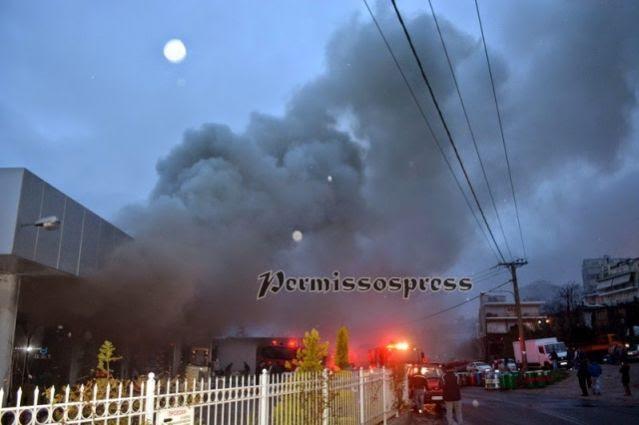 Κόλαση: Οι φλόγες κατέστρεψαν επιχείρηση - Πνίγηκε η πόλη από τον καπνό