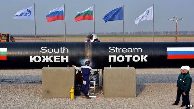 """Esta foto tirada em 31 de outubro de 2013, mostra que os trabalhadores de soldagem de tubos durante o início simbólico da construção do troço búlgaro da gigante de gás russa Gazprom """"s gasoduto South Stream, perto da aldeia de Rasovo"""