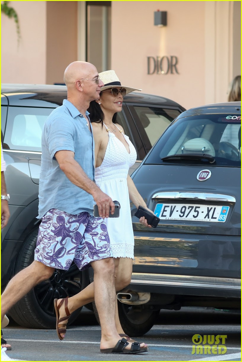 Jeff Bezos Gives Peek At Muscular Chest While On Vacation With Girlfriend Lauren Sanchez Photo 4333329 David Geffen Jeff Bezos Lauren Sanchez Scooter Braun Sean Sheridan Yael Cohen Pictures Just Jared
