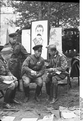 Sovieticii se saluta cu nazistii-3