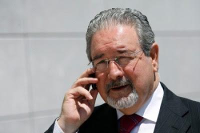 Isaltino Morais à entrada do Tribunal de Sintra, em 2009, quando foi lida a sentença do julgamento pelos crimes de corrupção passiva, branqueamento de capitais, abuso de poder e fraude fiscal. Foto de Mário Cruz, Lusa.