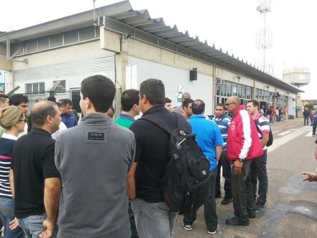 Funcionários da petrolífera lotaram Heliporto do Farol, em Campos (Foto: Evandro Duarte/ InterTv Planície)