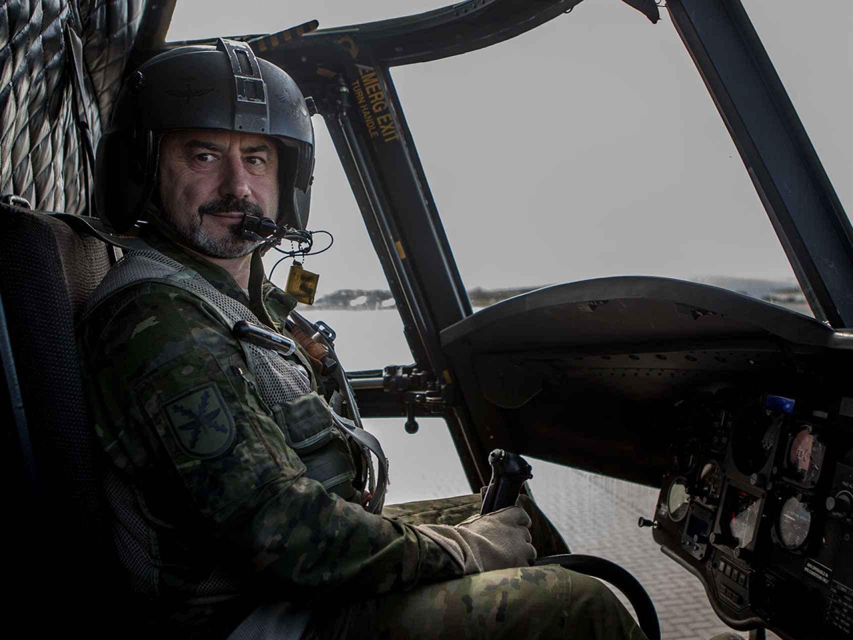 El comandante Barbancho, hoy en día, a los mandos de un helicóptero Chinook.