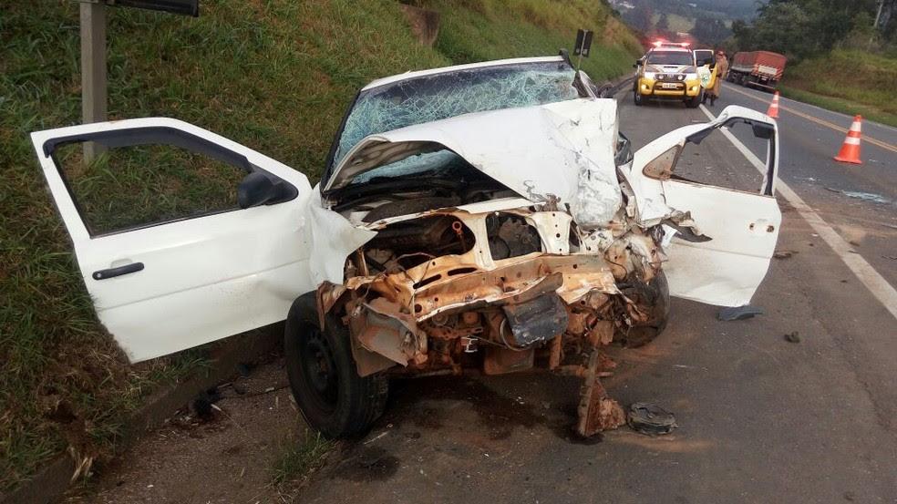 Carros ficaram destruídos após a batida  (Foto: Divulgação/PRE)