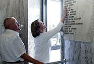 La lapide con i nomi delle vittime nella sala d'aspetto della  stazione di Bologna